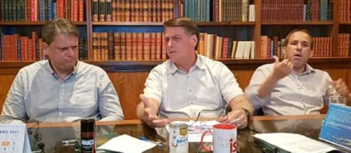 Bolsonaro faz live com lata de leite condensado em cima da mesa. (Arquivo Blasting News)
