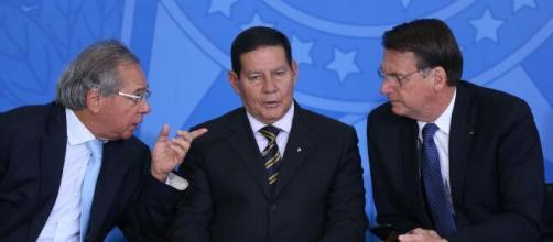 Declaração de Mourão sobre troca de ministros incomoda Bolsonaro. (Arquivo Blasting News)