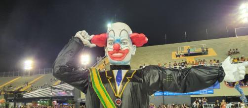 Escola de Samba de Vigário Geral retrata Bolsonaro como o palhaço Bozo em 2020. (Arquivo Blasting News)