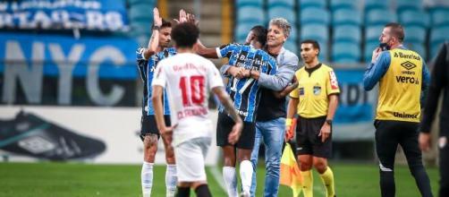 Renato Gaúcho consulta Claudinho após vitória do Grêmio sobre RB Bragantino. (Arquivo Blasting News)