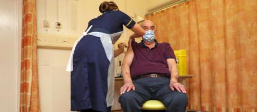 Brian Pinker, de 82 años, ha sido el primero en recibir la vacuna en el Reino Unido