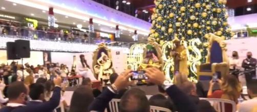 Kiko Rivera, Fani Carbajo, Luis Rollán y Omar Montes ejercen de Reyes Magos ante una multitud