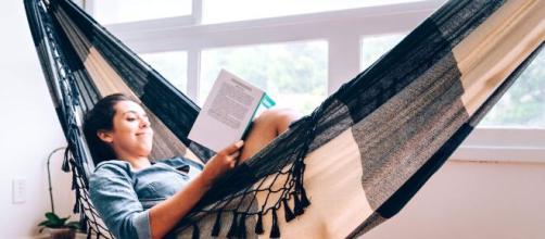 Viajar sem sair de casa através dos livros. (Arquivo Blasting News)