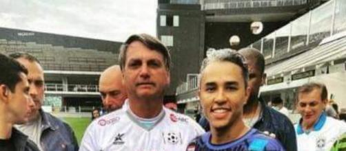 Bolsonaro tira foto com homem suspeito de pertencer ao PCC. (Arquivo Blasting News)