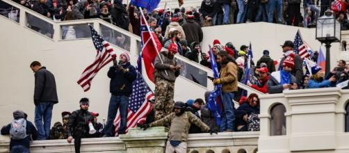 Disturbios provocan que se considere destituir a Donald Trump