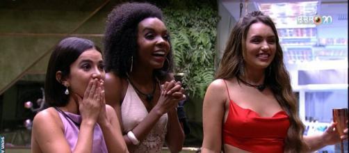 Manu, Rafa e Thelma continuam amigas. (Reprodução/TV Globo)