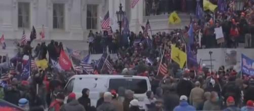 Seguidores radicales de Trump asaltan el Capitolio obligando a suspender la ratificación de Biden como nuevo presidente.