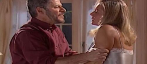 Pedro é agressivo com Helena em 'Laços de Família'. (Foto: Globo).