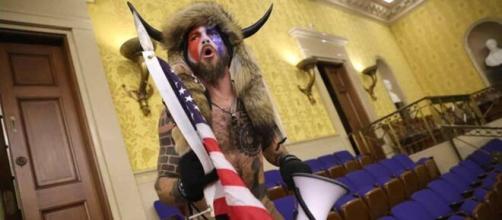 Q-Shaman, hombre vestido con pieles y cuernos que asaltó el Capitolio