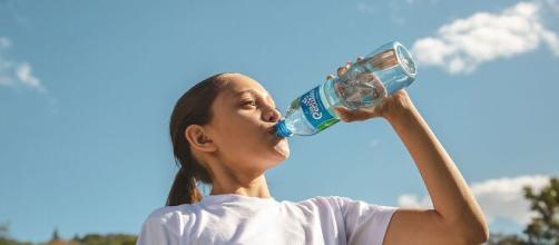 Beber suficiente agua todos los días previene la deshidratación.