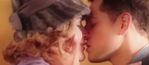 In foto il bacio tra Gabriella e Salvatore.