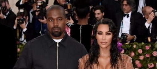 Kim Kardashian se quita y se pone el anillo de bodas