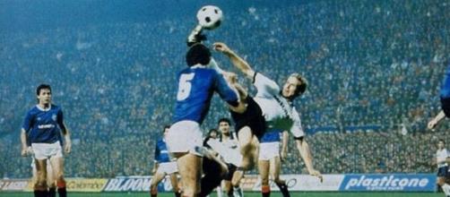 Lo splendido gol di Rummenigge annullato dall'arbitro Roth.