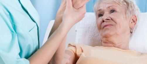 Los alimentos ricos en calcio ayudan a las personas mayores que padecen de osteoporosis.