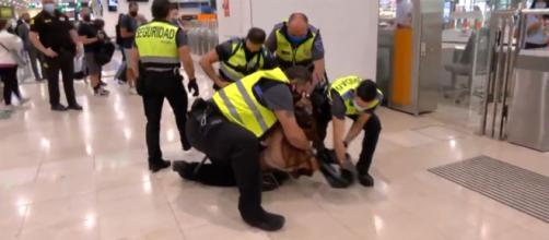 Una mujer trans es agredida por agentes de Rodalies en la estación Sants (@BTVnoticies)