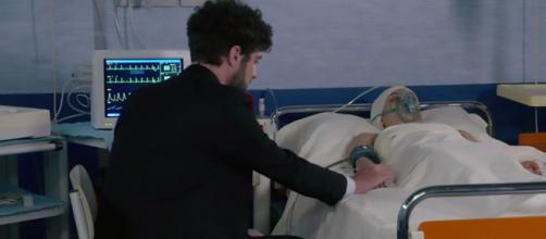 Un posto al sole, Niko Poggi (Luca Turco) tiene la mano a Susanna (Agnese Lorenzini).