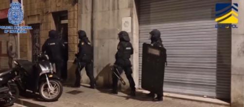 La detención de los cinco presuntos yihadistas ha sido grabada y compartida en redes sociales- Twitter (@policianacional)