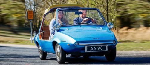 La princesa Amalia y su padre, el rey Guillermo Alejandro en un antiguo auto DAFAA98 de la familia real (Instagram @koninklijkhuis)