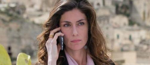 Luce dei tuoi occhi, trama 5^ puntata: Conti turbata a causa di una telefonata.