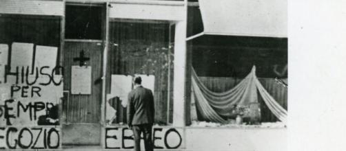 Un negozio ebreo devastato durante le leggi antisemite.