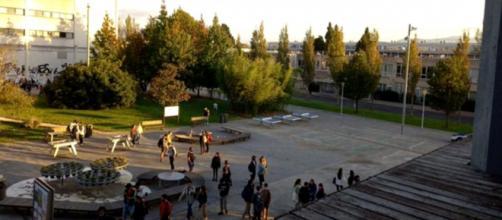 Un hombre siembra el terror en la facultad de Ciencias de la Universidad del País Vasco. (Captura cámara de seguridad)