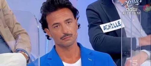 Uomini e donne, Armando di nuovo criticato sul web per i capelli: 'Look orribili'.