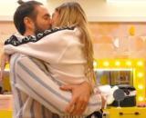 Grande Fratello Vip 6: Soleil Sorge e Alex Belli si scambiano un bacio.