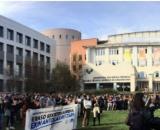 Hoy a las 14:30 hubo una concentración de protesta en la Facultad de Arquitectura (Twitter/@arrakalataldea)