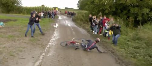 La caduta di Gianni Moscon alla Parigi Roubaix