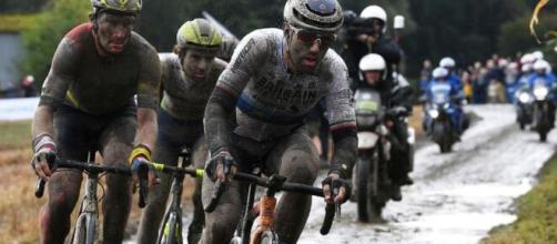 Sonny Colbrelli impegnato alla Parigi Roubaix.