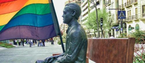 La estatua de Granada del poeta García Lorca, con una bandera LGTB+. (RR. SS.)