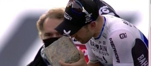 Sonny Colbrelli premiato alla Parigi Roubaix.