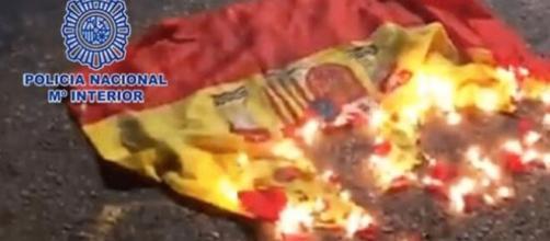 La policía tomó registro de la bandera ardiendo - (Policía Nacional)