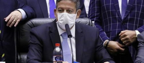Lira cobra Guedes publicamente sobre solução para auxílio emergencial. (Arquivo Blasting News)