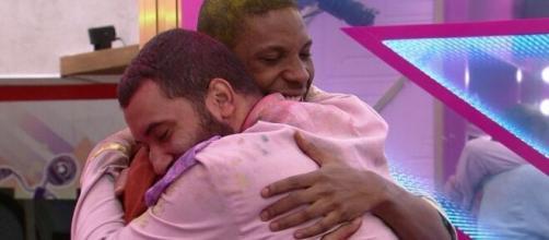 Lucas e Gilberto protagonizaram o primeiro beijo entre homens no 'BBB21'. (Reprodução/TV Globo)
