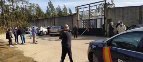 Las personas se congregaron en las puertas del cementerio de Castiñeiras en Ribeira tras la profanación de tumbas.