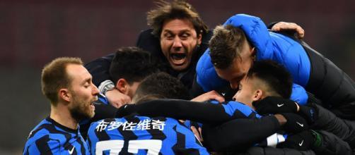 L'Inter festeggia il 3-1 sulla Lazio che la riporta da sola in testa alla classifica