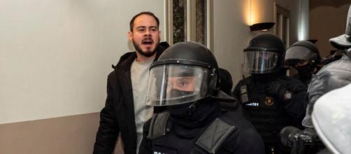 Los agentes antidisturbios debieron apartar una barrera humana para detener al rapero