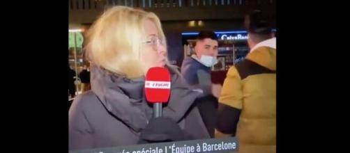 Carine Galli agacée pendant son duplex à Barcelone. (©capture L'Equipe)