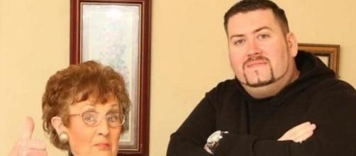 Tinder es la esperanza de una abuela para que su nieto consiga novia