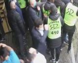 Alvaro visé par un projectile lors de l'intrusion des fans à la Commanderie. (capture).