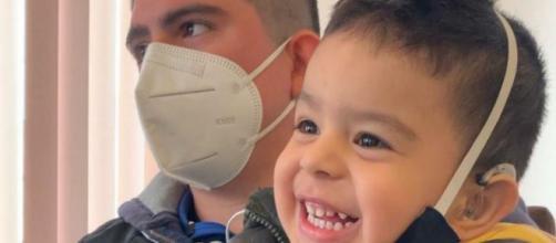 El pequeño fue candidato para colocarse un implante coclear para que pueda oir