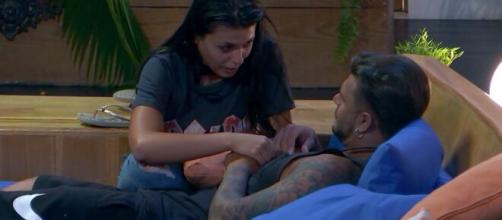 Lola discute con Simone y le pide que se aleje
