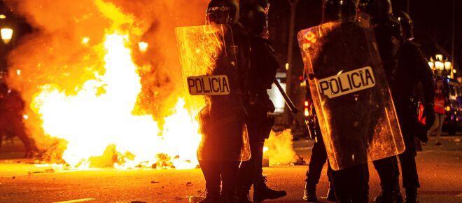 Otra noche de protestas en Barcelona y en Valencia pidiendo la liberación de Pablo Hasél.