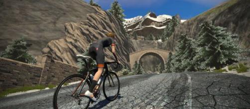 Ciclismo online, la Zwift squalifica due corridori per aver manomesso dei dati.