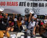 Na avenida Paulista, SP, manifestantes levantam marmitex vazios em protesto para permanencia do auxílio emergencial. (Arquivo Blasting News)