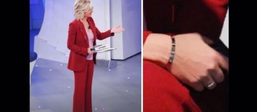 Maria De Filippi stupisce a C'è posta per te con il look in rosso e un prezioso gioiello dal valore di 10 mila euro.
