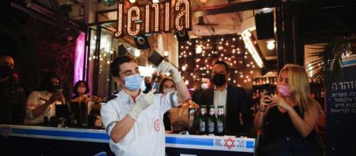 En Israel comenzaron a vacunar contra el coronavirus en bares