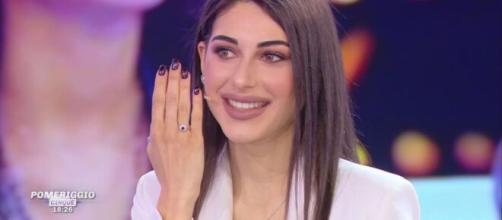 Maria Laura De Vitis mostra l'anello di Brosio.