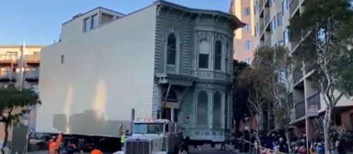 Un vecino decide cambiarse de barrio y se lleva su casa Victoriana